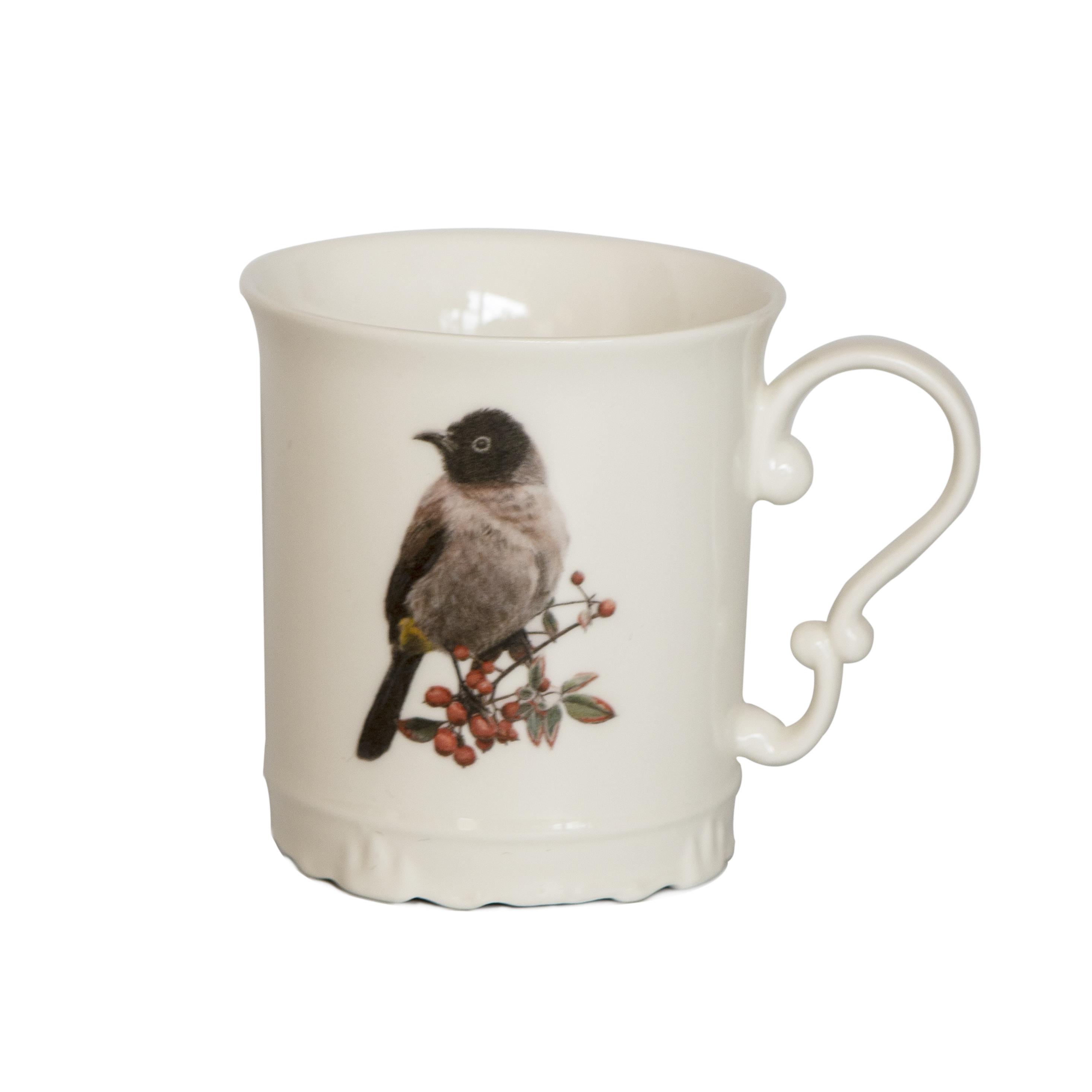 צילום מוצר כוס קרמיקה עם ציפור